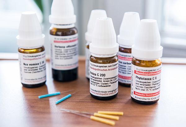 Homöopathie und Akupunktur können die Schulmedizin ergänzen.